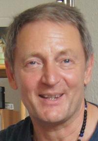 Abhijat P. Hahn Sänger, Gitarrist und Begründer von HerzenSingen seit den 90er Jahren.