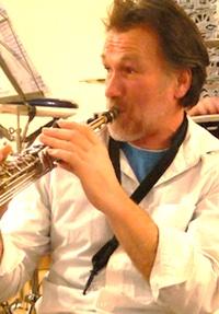 Burkhard Saxophon, Flöten und Gesang, gibt jazzige und kreative Klänge dazu