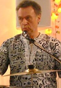 Peter Wassenberg Perkussion, Rhythmus, Wavedrum und Gesang, sorgt für den Groove.