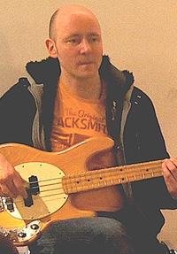 Ralf Hahn Bass, Sologitarre und Gesang ab und zu dabei, sorgt zwischendurch für guten Soundmix