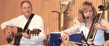 Abhijat (li.) und Madhuri (re.) beim HerzenSingen